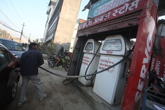 कारोबार रोक्का गरिएको पेट्रोल पम्पबाट धमाधम तेल बिक्री