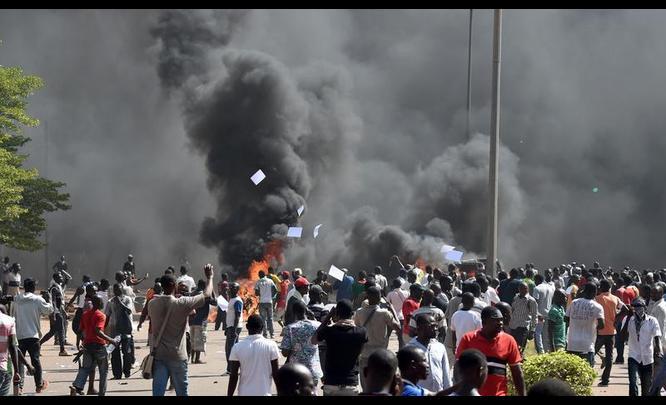 बुरकिना फासोः प्रदर्शनकारीले संसद भवन जलाए