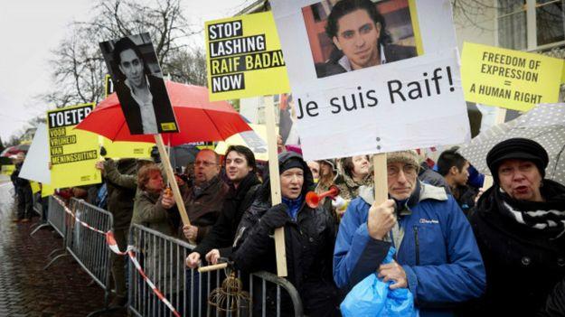 सऊदी अरब: ब्लगरलाई १० वर्ष कैद र १ हजार कोर्राको सजाय