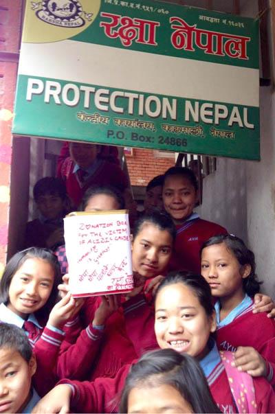 एसिड आक्रमणमा परेकी छात्राहरुलाई पुजा बोहोराले सहयोग गरिन्