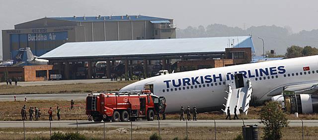 दुर्घटनाग्रस्त विमान हटाउन नसक्दा विमानस्थल बन्द