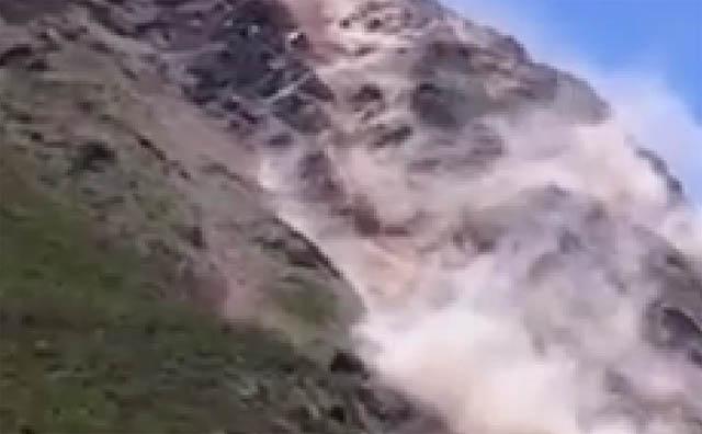 भूकम्प अाएका बेला धुञ्चेमा यसरी गयाे पहिराे (भिडियाेसहित)