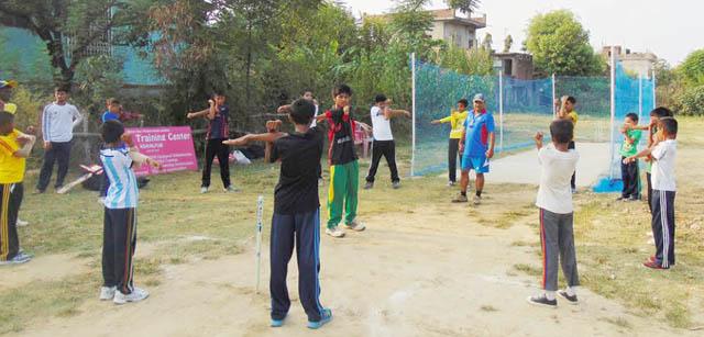 बालबालिकालाई क्रिकेट सिकाउँदै पूर्वकप्तान