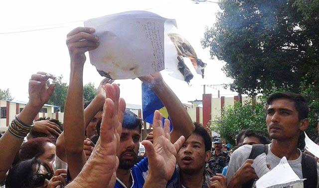 राप्रपा नेपालले संविधानको मस्यौदा जलायो