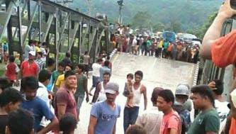 पुलमा क्षति भएपछि चितवनमा सवारी र यात्रु अलपत्र