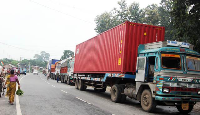 काकडभिट्टाबाट १७ वटा ट्रक भित्रिए, बाँकी 'दिल्लीको आदेश' भन्दै एसएसबीले रोक्यो