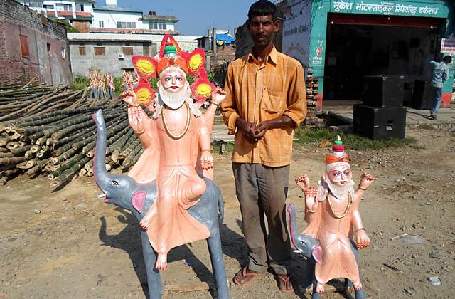 आफैंले बनाएका मूर्ति तोड्दै कालिगढ