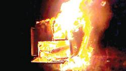 वीरगञ्ज: मोर्चाका कार्यकर्ताले एम्बुलेन्स जलाए