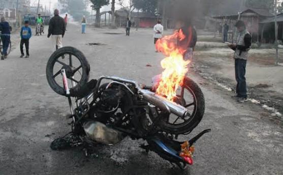 सप्तरी: प्रहरी चौकी, भन्सार कार्यालय र सवारी साधनमा आगजनी (अपडेट)