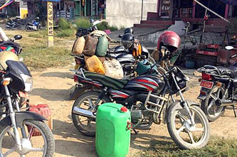 सीमा क्षेत्रका युवाको धन्दा, इन्धनको कालोबजारी