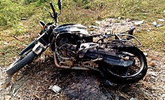 सिरहामा मोर्चाका कार्यकर्ताले मोटरसाइकल जलाए