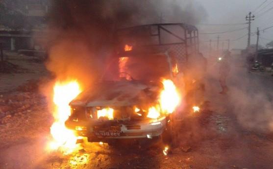 मधेशी माेर्चाले कान्तिपुरको गाडी जलायो (तस्वीरहरु)