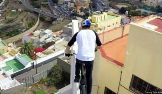 साइकलिस्ट डेनीको करतव (हेरौं रोमाञ्चक भिडियो)