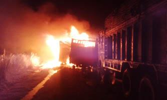 रौतहट: मोर्चाद्वारा दुई ट्रकमा आगजनी