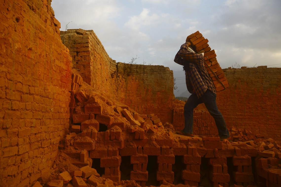 ललितपुर र भक्तपुरका इँटा भट्टामा काम गर्ने अधिकांश मजदुर मध्यपश्चिमाञ्चलका छन् । तस्वीर: गोपेन राई