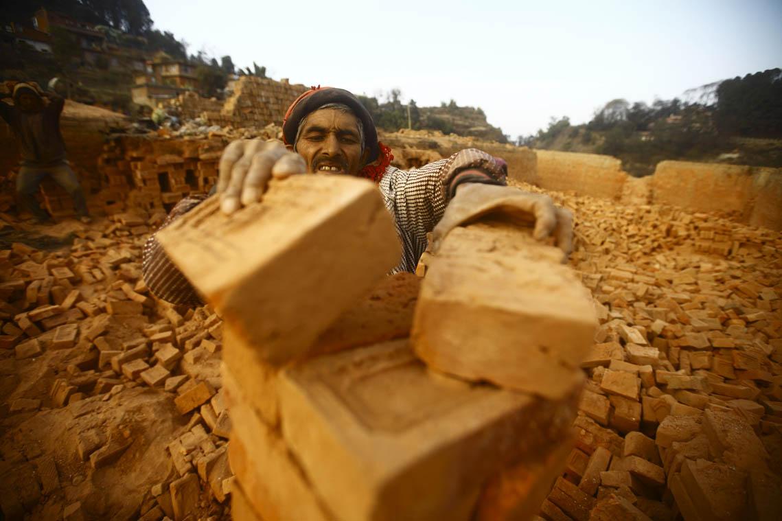 ललितपुरको इँटा भट्टामा काम गर्दै मजदुर । तस्वीर: गोपेन राई