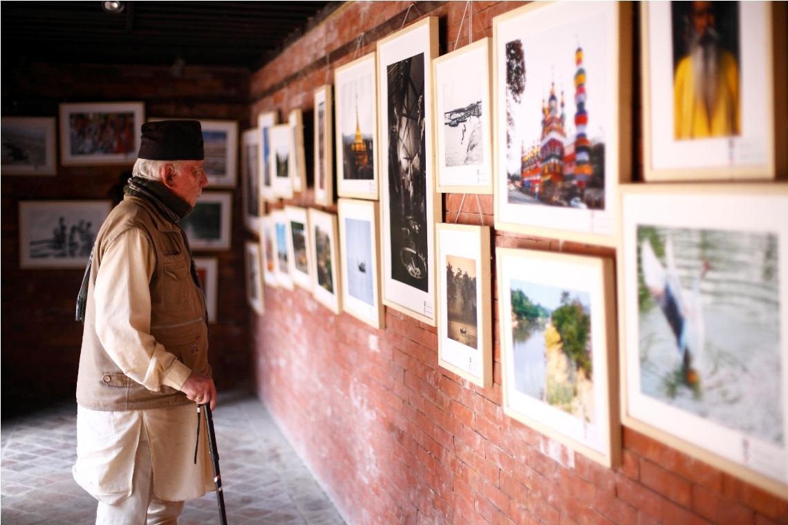 ललितपुरस्थित पाटन म्यूजियम ग्यालरीमा आयोजित 'बाङ्गलादेश थ्रु क्लिक्स एण्ड ब्रस' अवलोकन गर्दै सहभागी । तस्वीरः गोपेन राई/हिमालखबर