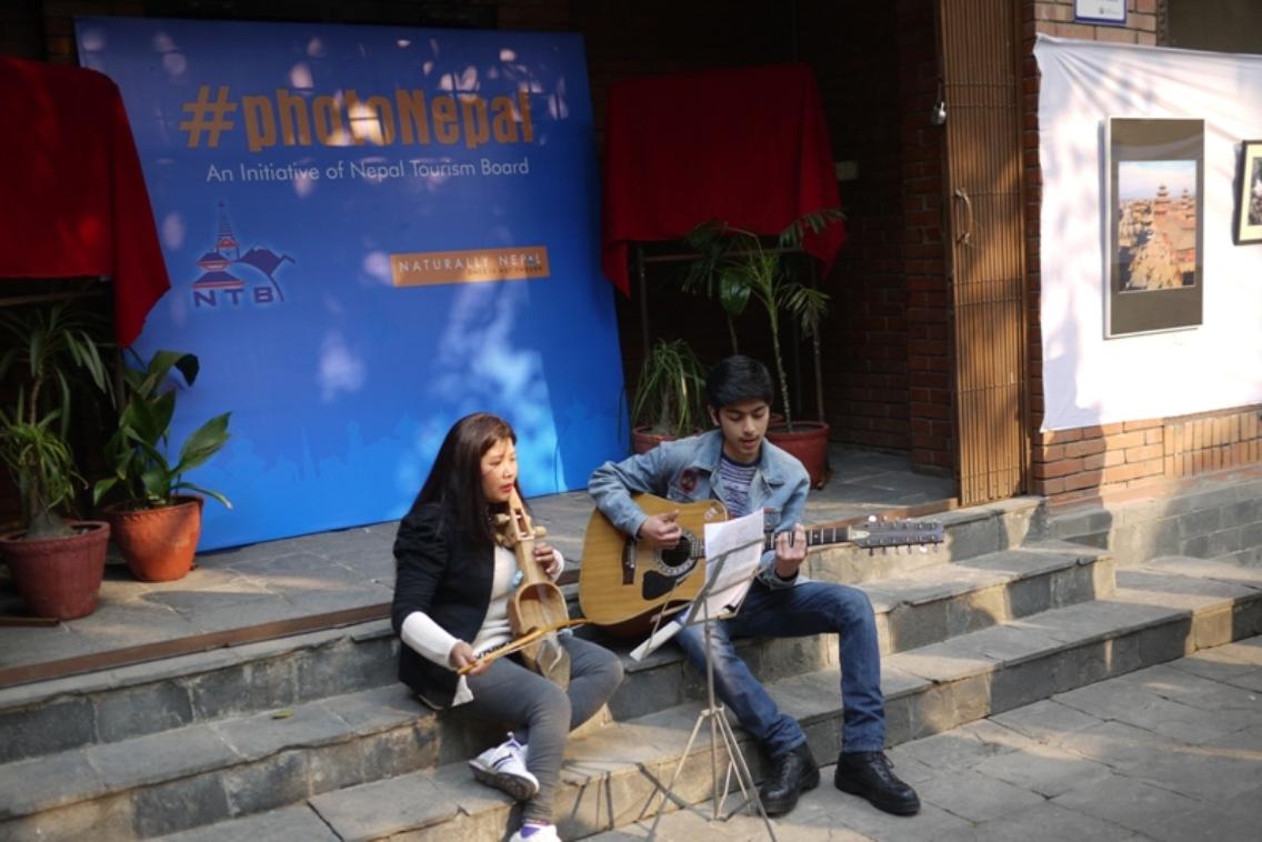 राष्ट्रिय गीत गाउँदै ललितकला क्याम्पसकी संगीत प्रशिक्षक मिनु वाइवा र सुमिन बज्राचार्य ।