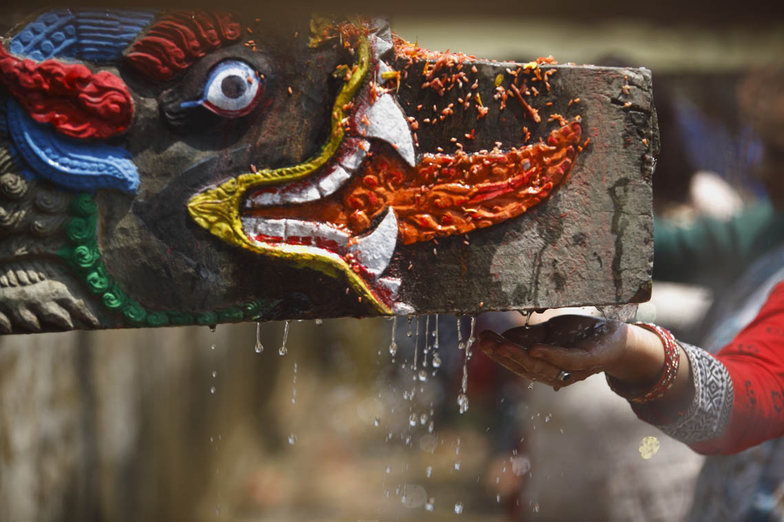 ल्हुति पुन्हि (पूर्णिमा) का अवसरमा काठमाडौं बालाजुको बाइस धारामा हिन्दू र वौद्ध धर्मावलम्वीहरु स्नान गर्दै । तस्वीरः गोपेन राई