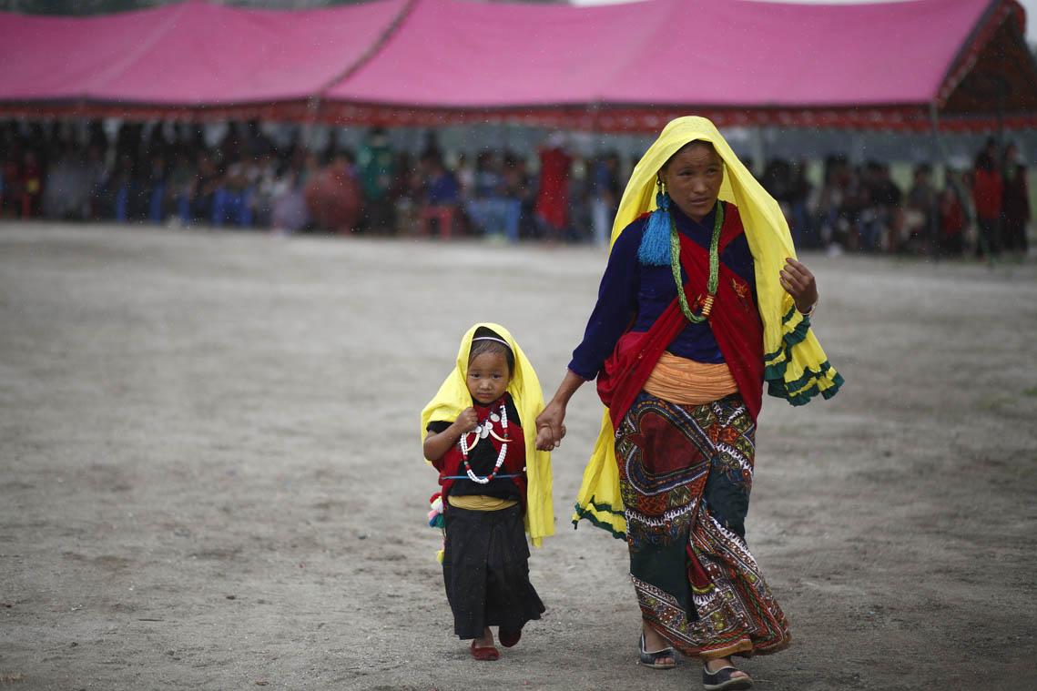 प्रत्येक वर्ष असार संक्रान्तीमा भूमे पर्व मनाउने गरिन्छ । काठमाडौंमा रहेका मगर समुदायले यो पर्व टुँडीखेलमा भेला भएर मनाए ।  तस्वीर: गोपेन राई