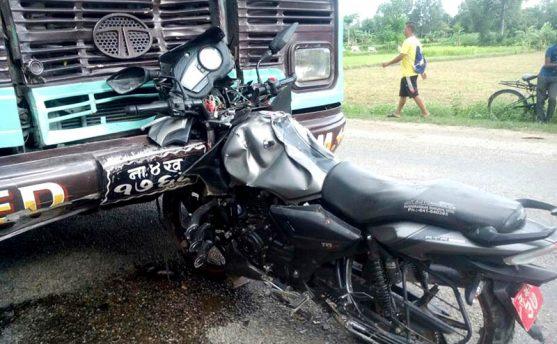 बस र मोटरसाइकल ठोक्किंदा दुई युवाको मृत्यु